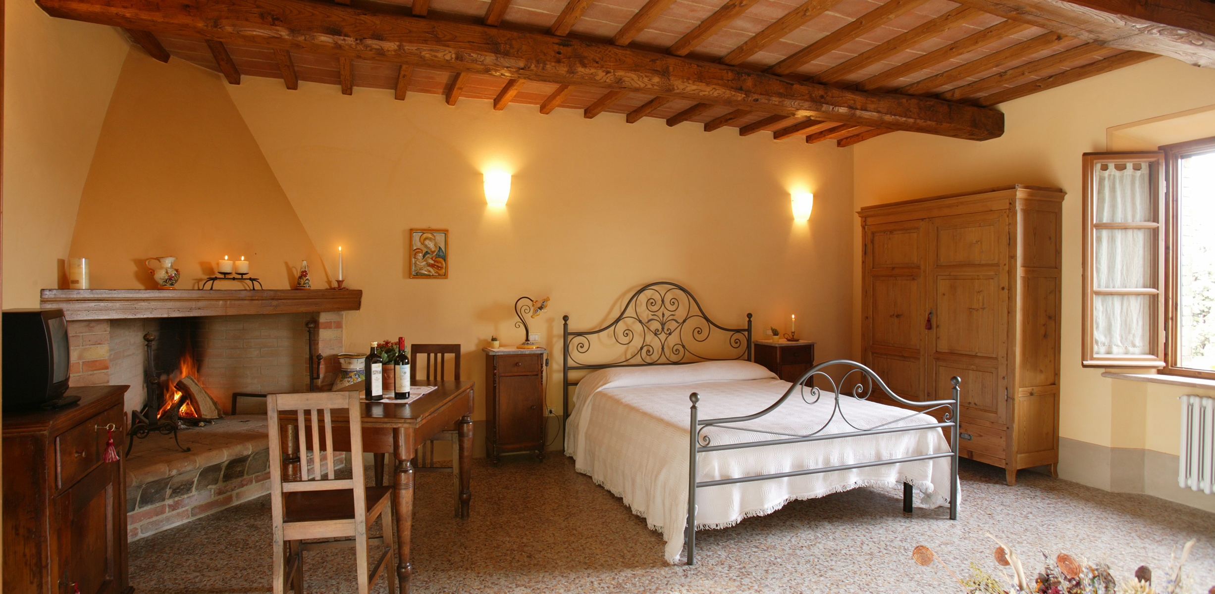 Agriturismo vicino al centro storico di pienza podere - Camino in camera da letto ...